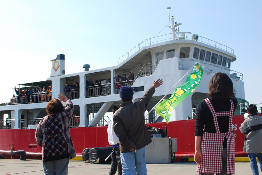 Many people bid farewell to the ferry